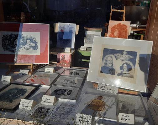 Diese Porträt -Bilder der Malakademie sind in der 2.+3. Aprilwoche in der Auslage ausgestellt.Auch einige Drucke des jungen Künstlers Louis Szapary , ehemaliger Teilnehmer der Malakademie Waidhofen/Thaya, sind hier zu sehen,und auch zu erwerben.