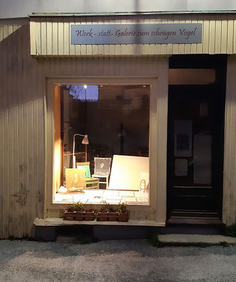 Auslage - Schlossergasse 13, Waidhofen/Thaya, von der Straßenseite ist die Ausstellung zu sehen.