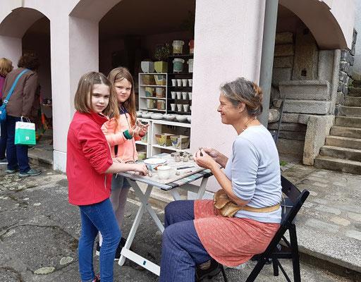 Angelika Gross töpfert mit Gastkindern
