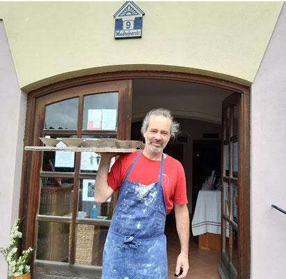 Matthias Schawerda, Keramiker aus Kautzen, zeigte das Töpfern auf der Drehscheibe.