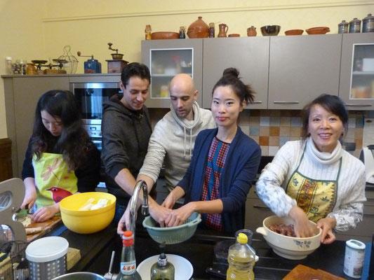 """Plus de 250 raviolis chinois ont été confectionnés par une dizaine d'adhérent(es) : aux crevettes, au boeuf, au porc. Le repas s'est terminé par un magnifique gâteau """"Chateaubriand"""", spécialité clermontoise, pour l'anniversaire d'EDDY."""