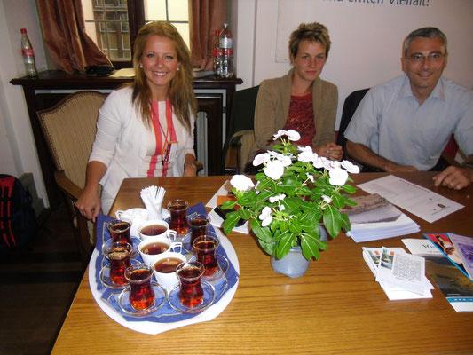 Türkischer Tee am irischen Stand, Tag der Offenen Tür, Rathaus (Rabia Ünlü, Katharina und Peter Wimmer)