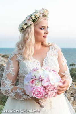 Braut schaut auf das Schwarze Meer