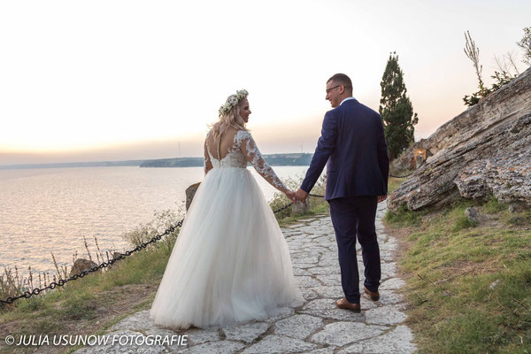 Brautpaar  Hand in Hand am Kap Kaliakra, Bulgarien