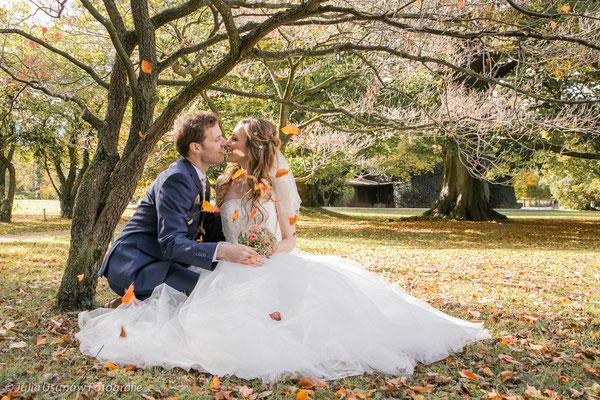 Hochzeitsfoto im Herbstlaub
