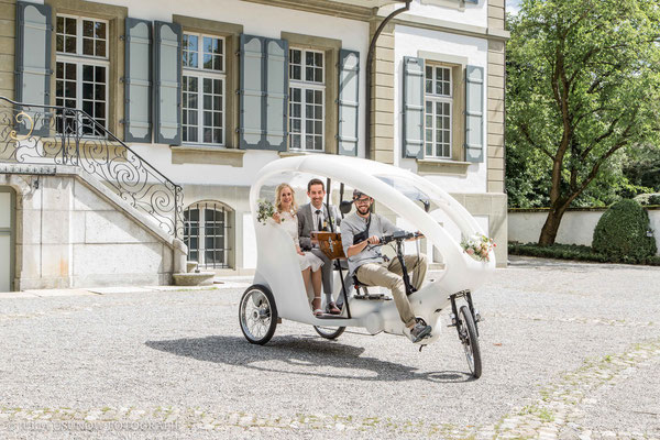 Rikscha für das Brautpaar im Schloss Bümpliz an einer Hochzeit