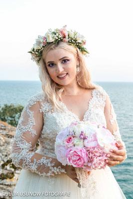 Braut mit Brautstrauss am Schwarzen Meer
