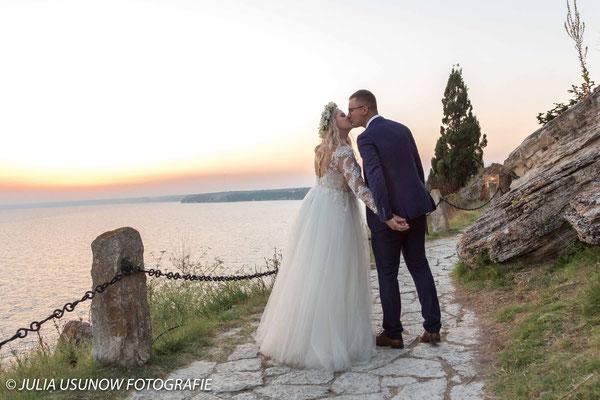 Brautpaar Kuss am Kap Kaliakra, Schwarzmeerküste in Bulgarien