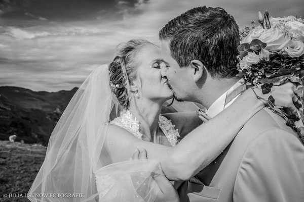 schwarzweissfoto brautpaar kuss