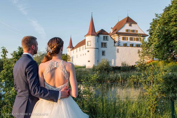Brautpaar in den Abendstunden vor dem Schloss Wyher in Ettiswil