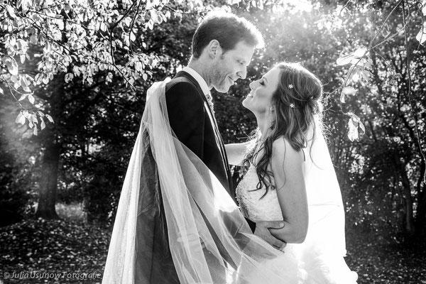 Schwarzweiss Foto Brautpaar schaut sich an