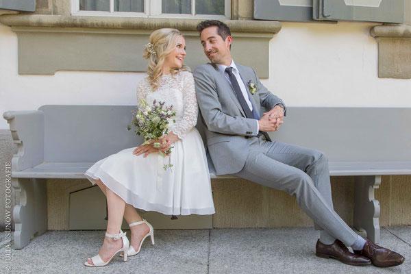 Brautpaar auf einer Bank vor dem Zivilstandsamt, Schloss Bümpliz