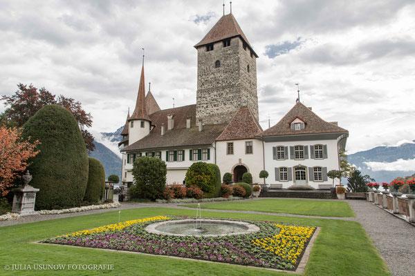 Fotografin Julia Usunow in Spiez, vor der Schlosskirche
