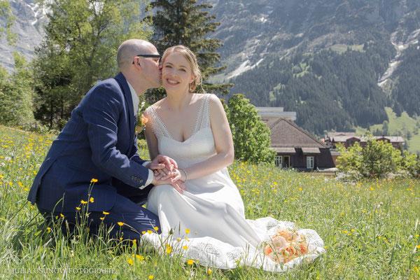 Brautpaar auf Wiese vor dem Eiger