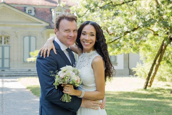Glückliches Brautpaar nach der Trauung im Schloss Bümpliz
