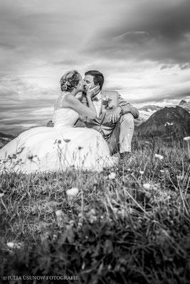 romantisches brautpaarshooting auf dem berg