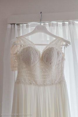 Brautkleid im Vintage-Stil beim Getting Ready