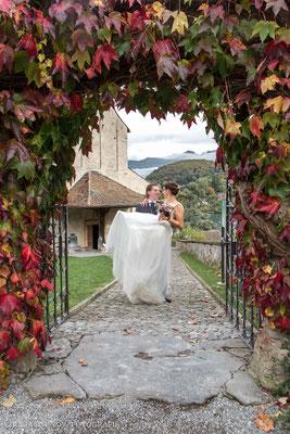 Schlosskirche Spiez, Bräutigam trägt Braut auf Händen