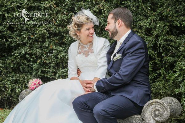 Brautpaar auf einer Bank im Schlossgarten