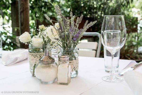 Tischdekoration einer Hochzeit im Vintage - Stil