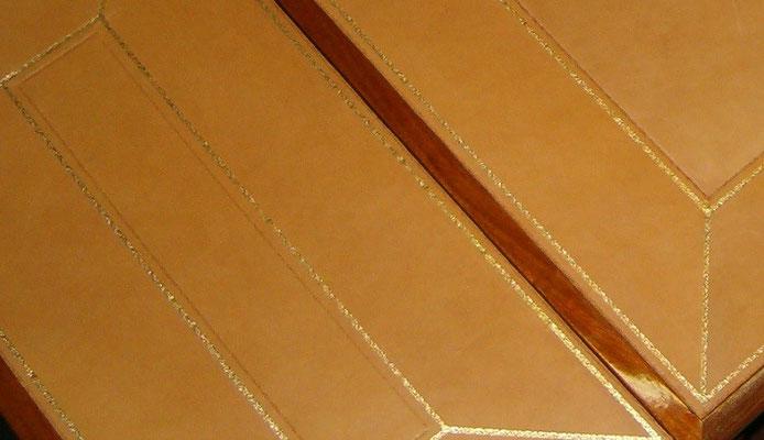 Tavolino con ribaltine rivestito in pelle