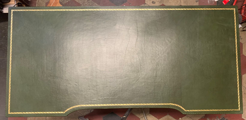 Piano scrivania rivestito in pelle con decorazioni in oro