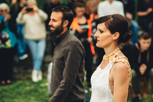 Costume homme en coton et robe en dentelles de coton Capucine Panfiloff. Plastron en buis Katia Panfiloff. Photographie www.essencedelavie.com