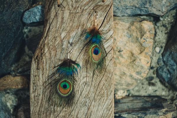 Boucles d'oreilles en plumes de paon et argent 925 Nadège Barthe. Photographie www.essencedelavie.com