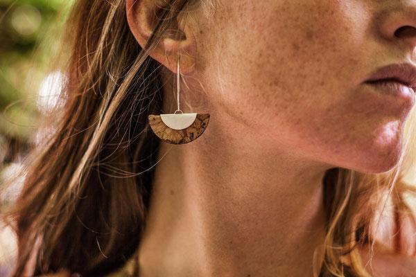 Boucle d'oreille en liège et argent 925 Nadège Barthe.  Photographie Laura Puech