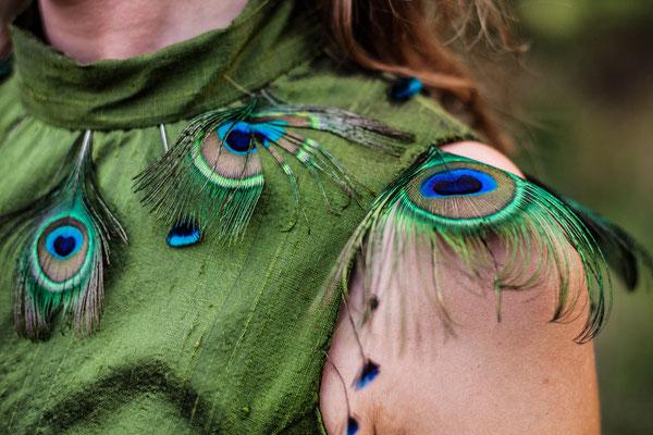 Robe en soie sauvage et plumes de paon Capucine Panfiloff. Photographie Laura Puech