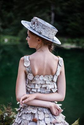 Robe en écorce de bouleau et chapeau en zinc Capucine Panfiloff. Photographie Laura Puech