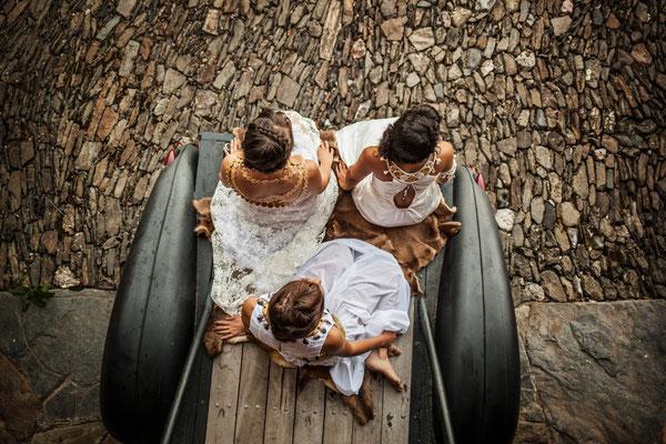 Robes en soie sauvage dentelle et plumes Capucine Panfiloff. Accessoiristes bijoux Nadège Barthe et Katia Panfiloff. Photographie Laura Puech