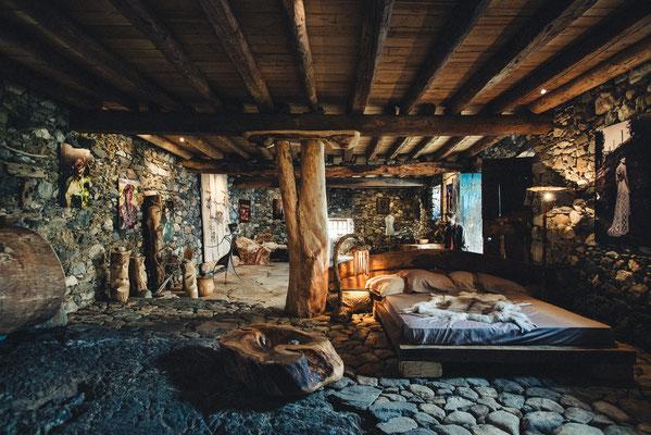 Mobilier en bois massif (vasque, lit) Bruno Rougé. Photographie www.essencedelavie.com