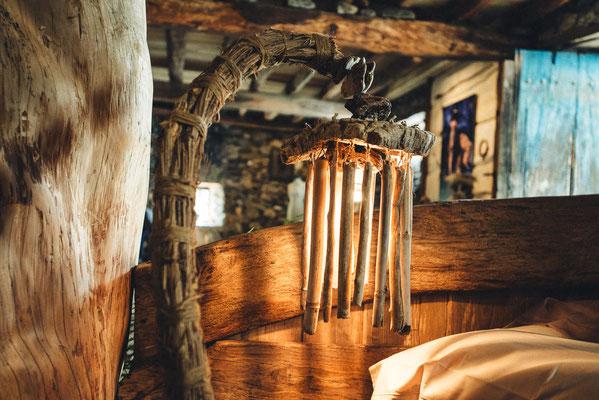 Lampe en bois flotté et liane (clématite sauvage)  Katia Panfiloff. Photographie www.essencedelavie.com