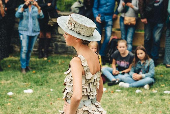 Robe en écorce de bouleau et chapeau en zinc Capucine Panfiloff. Photographie www.essencedelavie.com