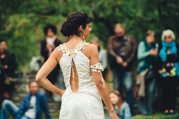 Robe en soie sauvage Capucine Panfiloff. Plastron et bracelet en soie sauvage, buis et sabra Nadège Barthe. Photographie www.essencedelavie.com