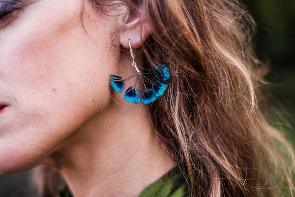 Boucles d'oreilles en plumes de paon et argent 925 Nadège barthe. Photographie laura Puech