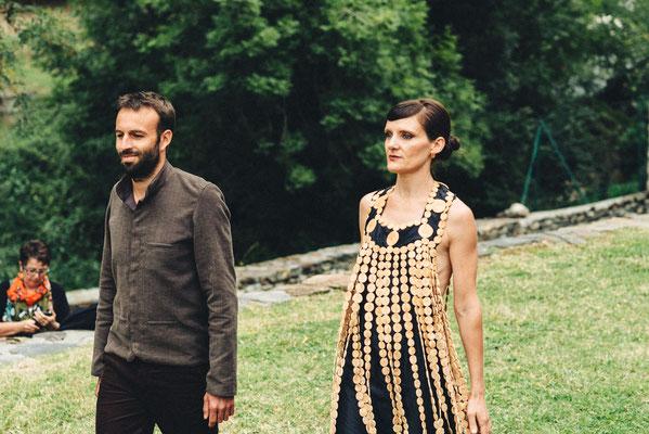 Robe en buis et soie Katia Panfiloff et Capucine Panfiloff. Costume homme en coton Capucine Panfiloff. Photographie www.essencedelavie.com