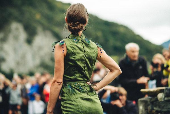 Robe en soie sauvage et plumes de paon Capucine Panfiloff. Photographie www.essencedelavie.com