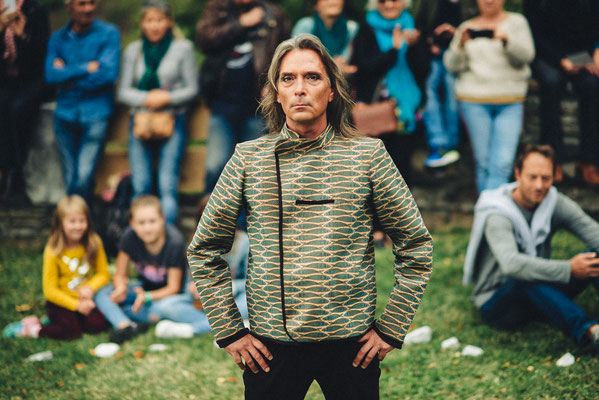 Veste homme en liège et pantalon en velour Capucine Panfiloff. Photographie www.essencedelavie.com