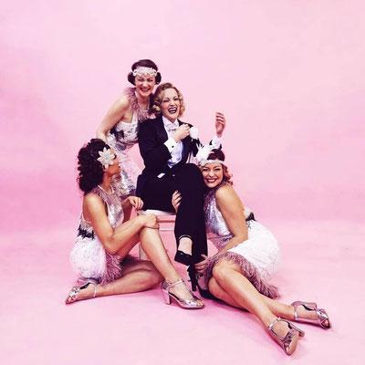 Die THE COOL CATS und Ulrike Storch posen in der Schweiz für die Kamera - Ein Traum in Pink!