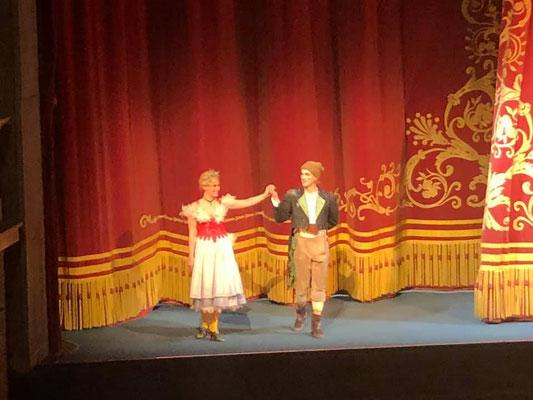 Schnappschuss von Papagena und Papageno (Daniel Gutmann) am Gärtnerplatztheater München, März 2020