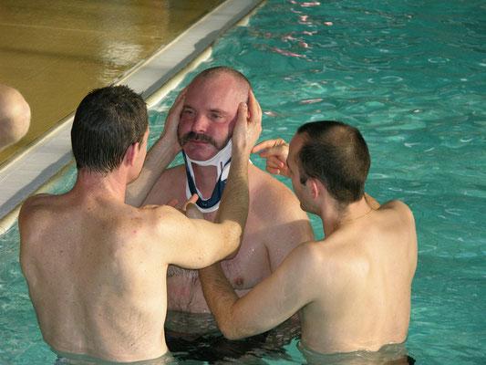 Auch im Wasser kommt der Halskragen zur Fixation der Halswirbelsäule zum Einsatz