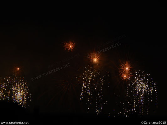 Minimales Feuerwerk am Nachthimmel als Momentariness