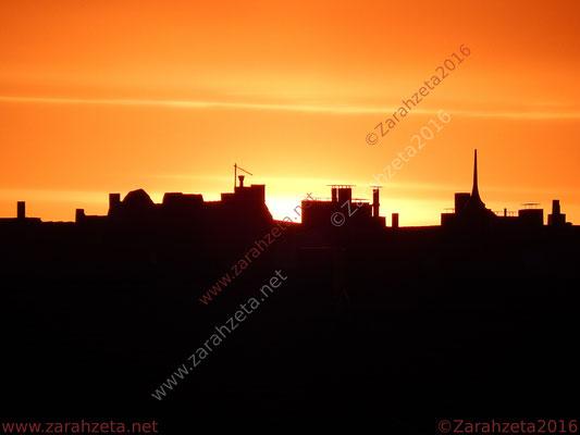 Silhouette einer Stadt in der Abenddämmerung