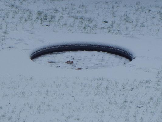 Baustelle Kinderspielplatz mit Trampolin im Schnee