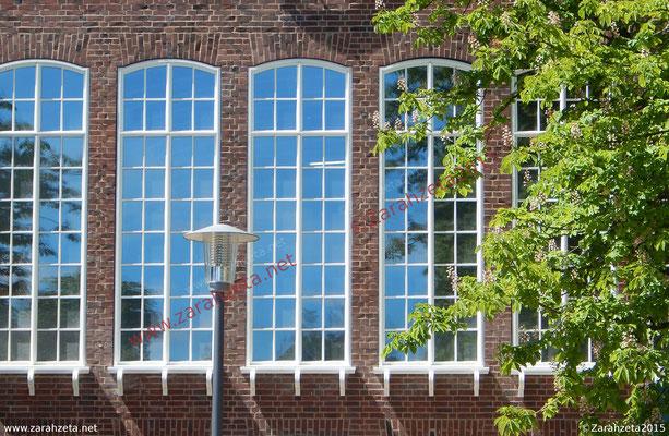 Fensterfront eines Steingebäudes