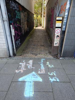 Straßenkreide auf Bürgersteig wegen Termin für Einweihung Kinderspielplatz
