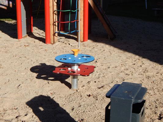 Baustelle Kinderspielplatz mit buntem Spieltisch