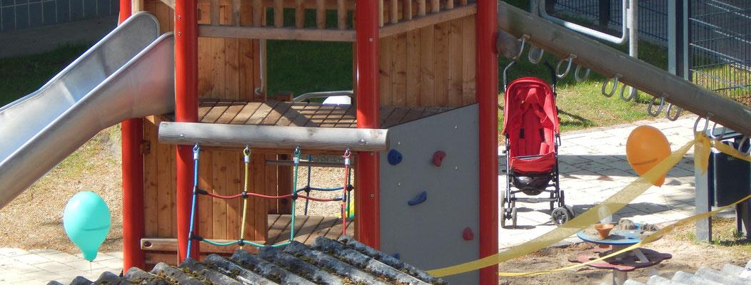 Klettergerät mit Rutsche auf einem Kinderspielplatz